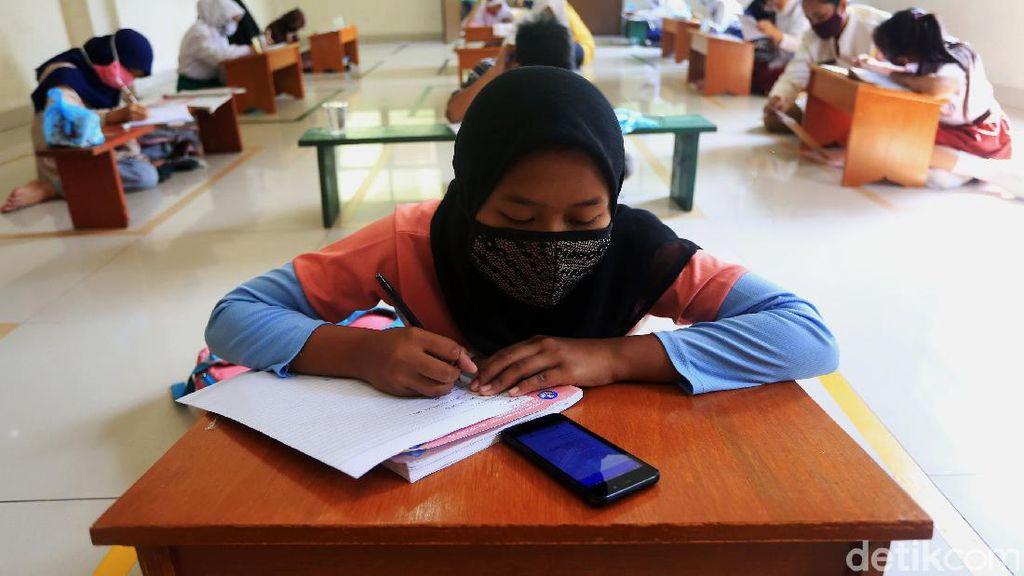 Tak Punya Kuota Internet, Siswa Belajar di Kantor Kelurahan Jati Rahayu