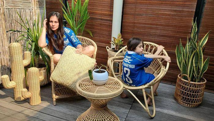 Wulan Guritno pamer jersey Persib Bandung