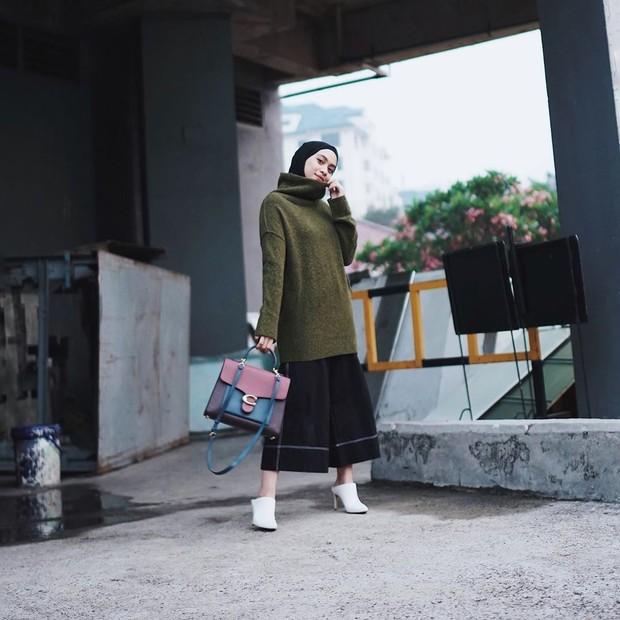 Mix and match yang tepat antara hijab dan turtleneck dapat membuat penampilan tampak edgy style.