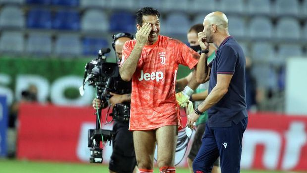 CAGLIARI, ITALY - JULY 29: Gianluigi Buffon  of Juventus and Walter Zenga speak at the end of the race during the Serie A match between Cagliari Calcio and  Juventus at Sardegna Arena on July 29, 2020 in Cagliari, Italy.  (Photo by Enrico Locci/Getty Images)