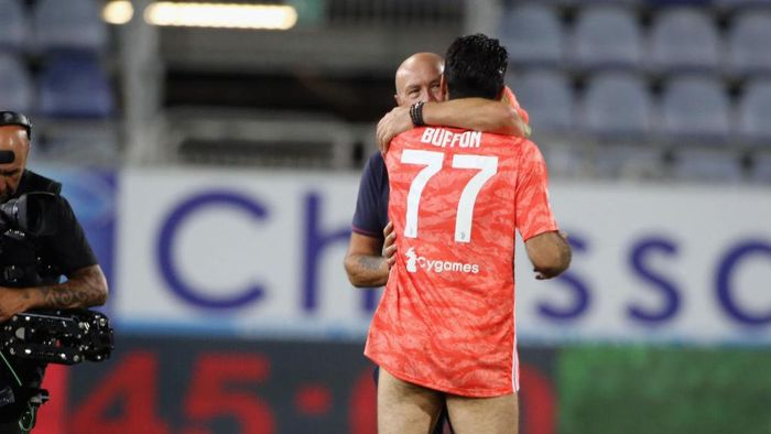 CAGLIARI, ITALY - JULY 29:  Gianluigi Buffon  of Juventus and Walter Zenga   during the Serie A match between Cagliari Calcio and  Juventus at Sardegna Arena on July 29, 2020 in Cagliari, Italy.  (Photo by Enrico Locci/Getty Images)