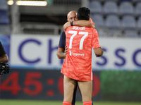 Tak Pakai Celana, Buffon Ngobrol dan Peluk Pelatih Cagliari