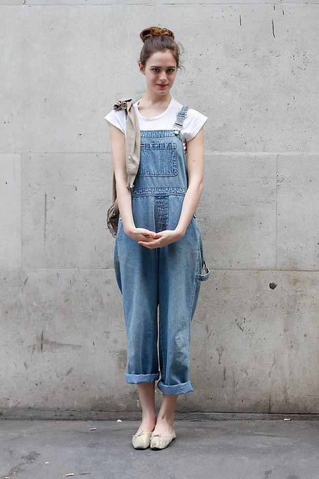 Kaos Putih dan Overall Jeans/Pinterest.com