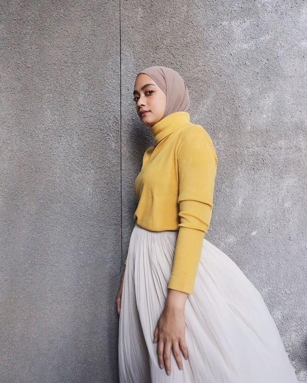 Selain celana, turtleneck dan hijab dapat dipadukan dengan rok. Penampilan ini membuat hijabers tampak chic dan girly.