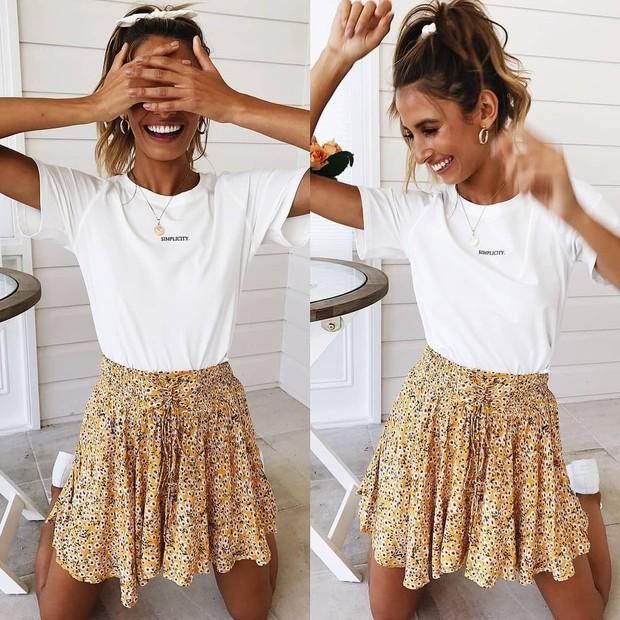 Kaos Putih dan Pattern Skirt/Pinterest.com