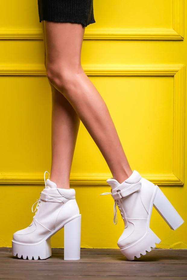 Block heels merupakan kombinasi dari stiletto dan platform heels.