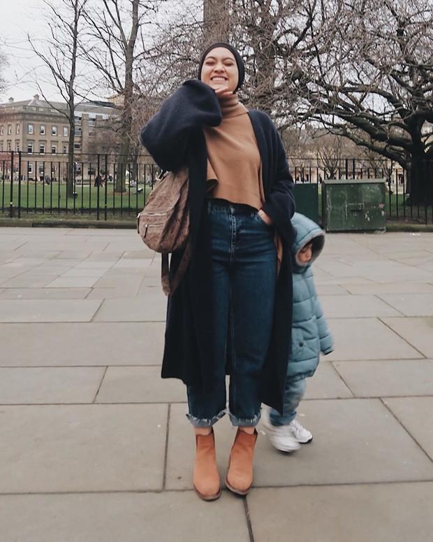 Ayudia Bing Slamet kerap mengenakan hijab yang dipadukan dengan atasan turtleneck dan celana jeans highwaist.