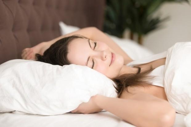 Tidur miring dengan tambalan bantal di bagian sisi bisa merelaksasi bagian punggung sambil mengembalikan postur tubuh.