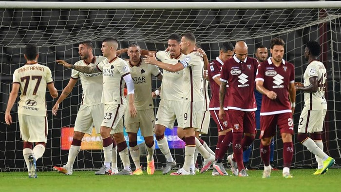 TURIN, ITALY - JULY 29:  Christopher Smalling (C) of AS Roma celebrates a goal with team mates during the Serie A match between Torino FC and  AS Roma at Stadio Olimpico di Torino on July 29, 2020 in Turin, Italy.  (Photo by Valerio Pennicino/Getty Images)