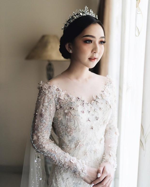 Meski tak memakai jasa MUA, hasil makeup Asta Riri tak kalah dari MUA profesional. Ia berhasil menjadi pengantin wanita tercantik hari itu.