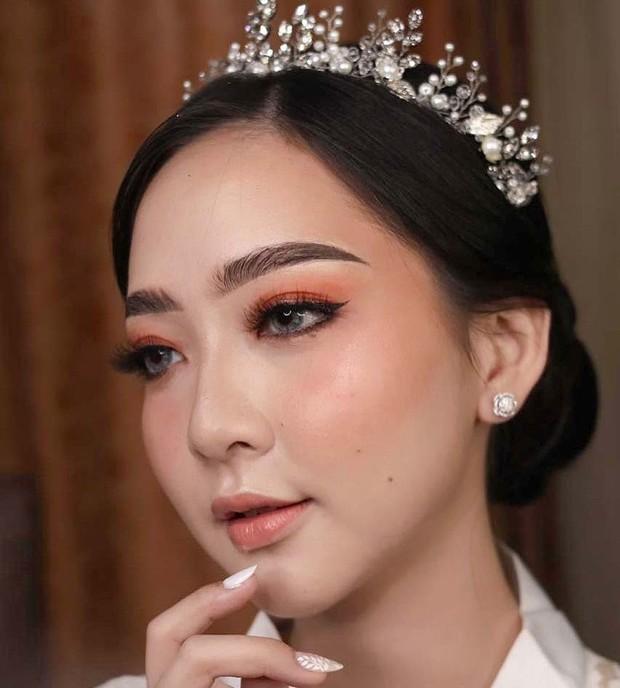 Beauty vlogger Asta Riri memilih merias wajahnya sendiri pada hari pernikahannya.