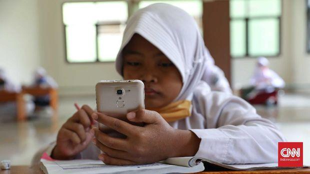 Bagi siswa yang tak cukup memiliki kuota internet bisa menggunakan jaringan. intternet gratis untuk belajar online.CNNIndonesia/SafirMakki
