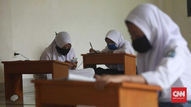 Sejak pandemi corona, program mengajar sekolah diilakukan lewat onliine.  CNN Indonesia / Safir Makki