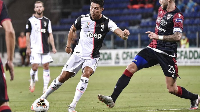 Juventus Cristiano Ronaldo controls the ball during the Serie A soccer match between Cagliari and Juventus, at the Sardegna Arena stadium, in Cagliari, Italy, Wednesday, July 29, 2020. (Alessandro Tocco/Lapresse via AP)