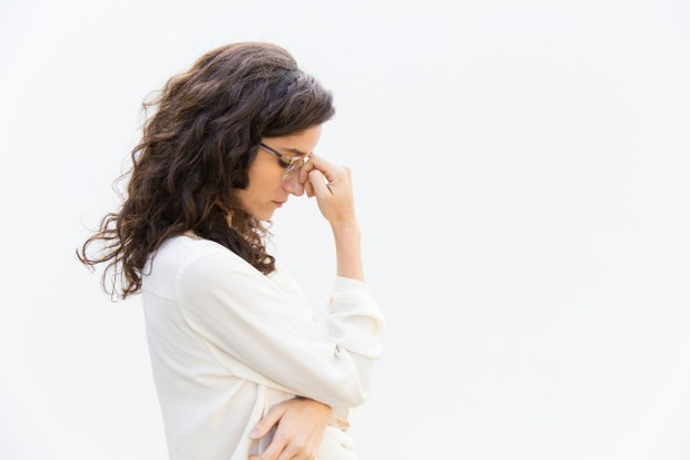 Perempuan yang stress/https://www.freepik.com/free-photo/side-tired-sad-office-worker-glasses-with-closed-eyes_6627757.htm#page=1&query=Stress&position=28
