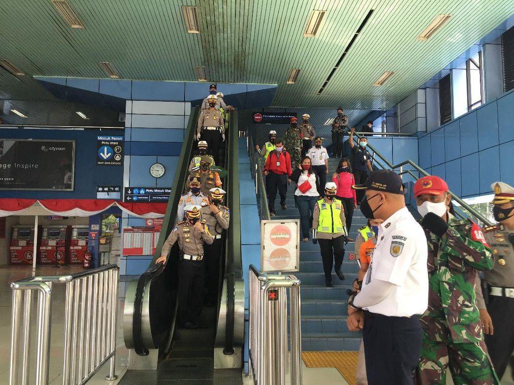 Tinjau Stasiun Juanda, Dirlantas PMJ Cek Pengaturan Penumpang Cegah COVID
