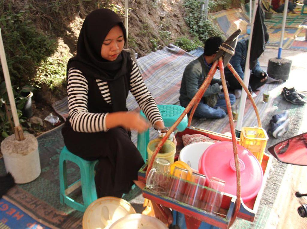 Mencari yang Segar-segar di Perbatasan Cianjur