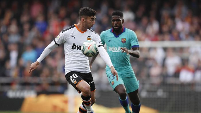 VALENCIA, SPAIN - JANUARY 25: Ferran Torres of Valencia is closed down by Samuel Umtiti of FC Barcelona during the La Liga match between Valencia CF and FC Barcelona at Estadio Mestalla on January 25, 2020 in Valencia, Spain. (Photo by Eric Alonso/Getty Images)