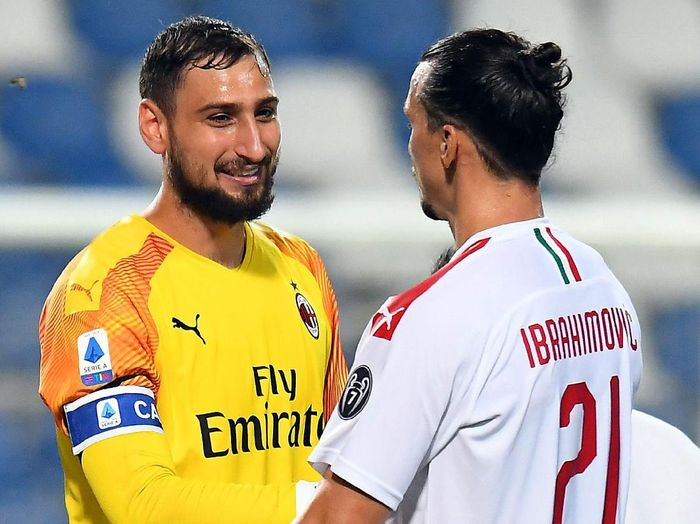 REGGIO NELLEMILIA, ITALY - JULY 21: Gianluigi Donnarumma and  Zlatan Ibrahimovic of AC Milan celebrate the victory after the Serie A match between US Sassuolo and AC Milan at Mapei Stadium - Città del Tricolore on July 21, 2020 in Reggio nellEmilia, Italy. (Photo by Alessandro Sabattini/Getty Images)