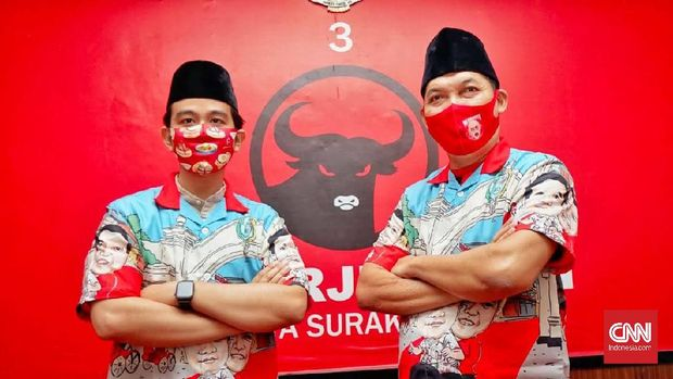 Pasangan bakal calon Walikota Solo dari PDIP, Gibran Rakabuming Raka - Teguh Prakosa mengenakan baju sumbangan salah satu distro di Solo saat menyerahkan sapi kurban di DPC PDIP Solo, Kamis (30/7).
