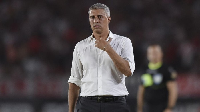 BUENOS AIRES, ARGENTINA - FEBRUARY 29:  Hernan Crespo coach of Defensa y Justicia looks on during a match between River Plate and Defensa y Justicia as part of Superliga 2019/20 at Antonio Vespucio Liberti Stadium on February 29, 2020 in Buenos Aires, Argentina. (Photo by Marcelo Endelli/Getty Images)