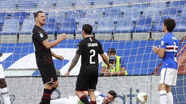 Milan's Zlatan Ibrahimović, left, celebrates after scoring his side's first goal during the Italian Serie A match between Sampdoria and Milan at the Luigi Ferraris stadium in Genoa, Italy, Wednesday, July 29, 2020.  (Tano Pecoraro/LaPresse via AP)