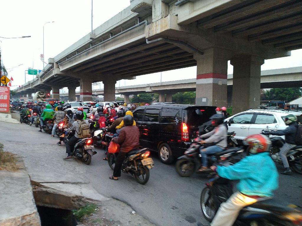 Kondisi Lalin di Jalan Raya Kalimalang Padat Saat Arus Mudik Idul Adha
