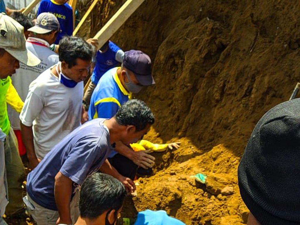 Tebing Longsor Timpa 5 Pekerja di Karanganyar, 1 Tewas