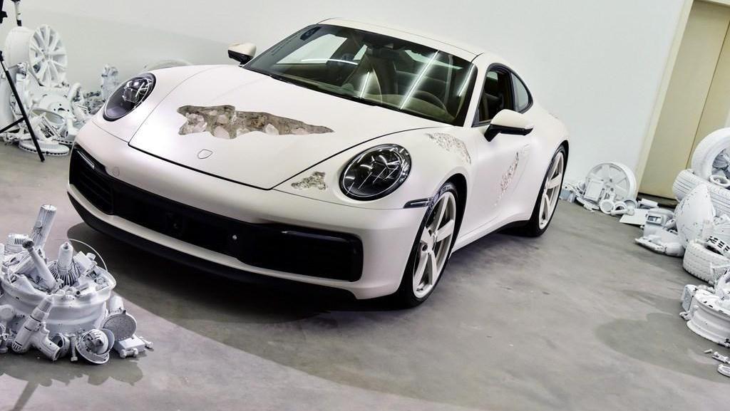 Penampakan Porsche yang Sengaja Dibuat Bopeng Bak Fosil 1.000 Tahun Lagi