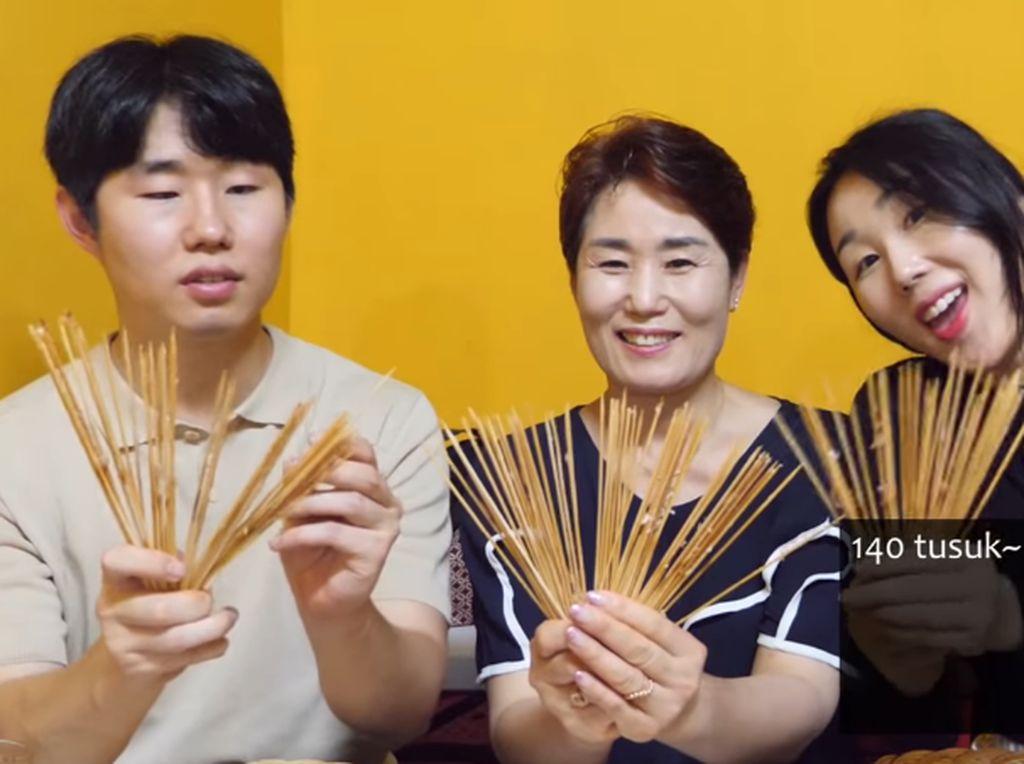 Gokil! Orang Korea Ini Makan Sate Taichan Sampai 140 Tusuk