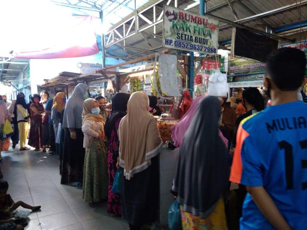 H-1 Idul Adha, Warga Medan Serbu Penjual Bumbu di Pasar