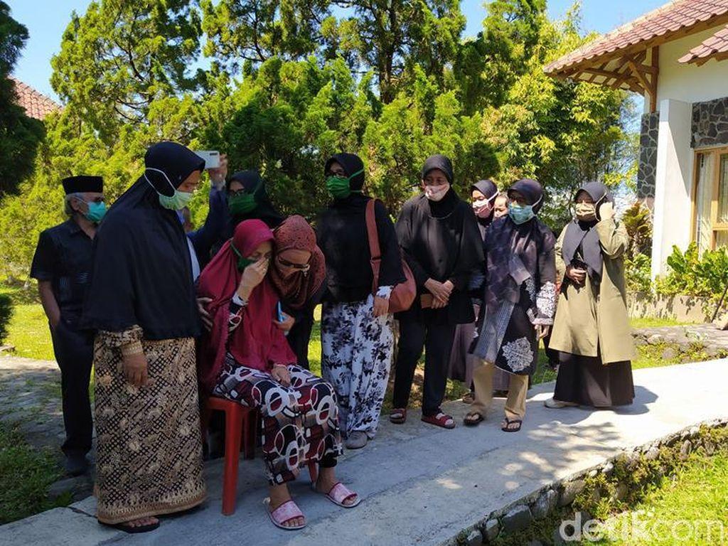 Prosesi Pemakaman Ajip Rosidi Dihadiri Banyak Pelayat