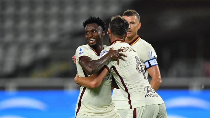 TURIN, ITALY - JULY 29:  Amadou Diawara of AS Roma celebrates his goal from the penalty spot with team mate Bryan Cristante during the Serie A match between Torino FC and  AS Roma at Stadio Olimpico di Torino on July 29, 2020 in Turin, Italy.  (Photo by Valerio Pennicino/Getty Images)