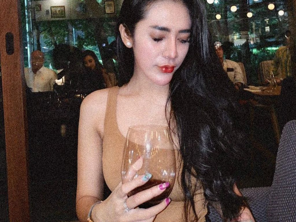 Momen Kuliner Vernita Syabilla yang Sering Nongkrong di Kafe Hits