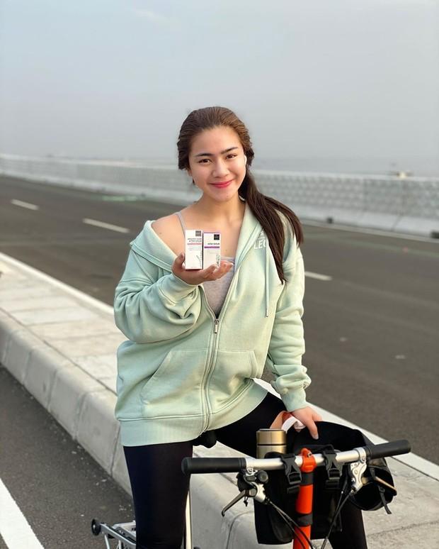 Bersepeda dengan cantik natural tanpa makeup