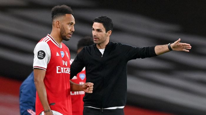 LONDON, ENGLAND - JULY 15: Mikel Arteta, Manager of Arsenal talks to Pierre-Emerick Aubameyang of Arsenal during the Premier League match between Arsenal FC and Liverpool FC at Emirates Stadium on July 15, 2020 in London, England. Football Stadiums around Europe remain empty due to the Coronavirus Pandemic as Government social distancing laws prohibit fans inside venues resulting in all fixtures being played behind closed doors. (Photo by Shaun Botterill/Getty Images)