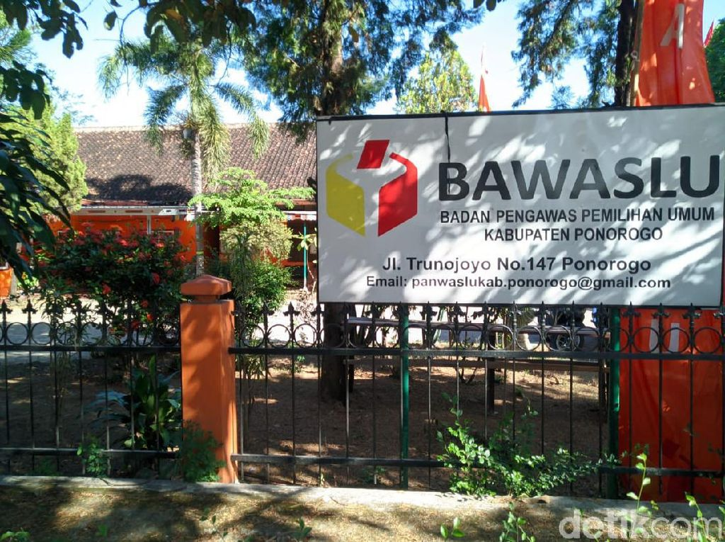 Dua Petugas Bawaslu Ponorogo Positif COVID-19, Kantor Disemprot Disinfektan