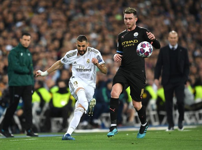 MADRID, SPAIN - FEBRUARY 26: Karim Benzema of Real Madrid is challenged by Aymeric Laporte of Manchester City during the UEFA Champions League round of 16 first leg match between Real Madrid and Manchester City at Bernabeu on February 26, 2020 in Madrid, Spain. (Photo by David Ramos/Getty Images)
