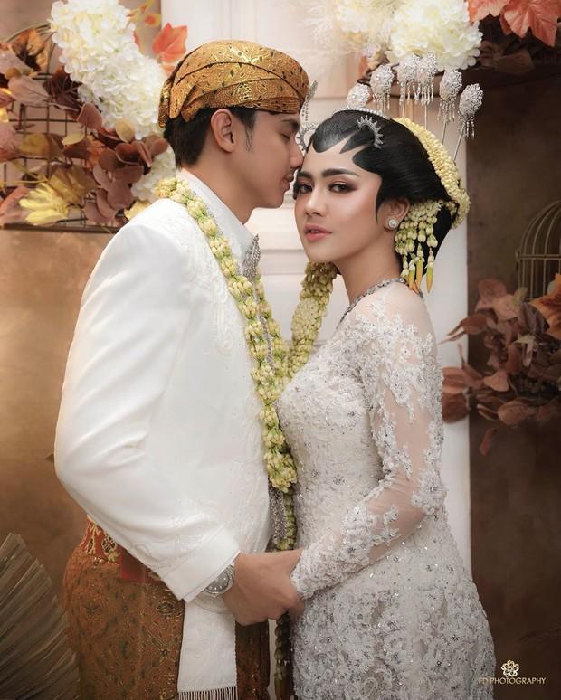 Feli memakai kebaya adat Jawa