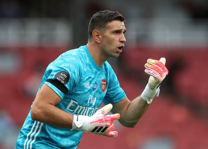 LONDON, ENGLAND - JULY 01: Emiliano Martinez of Arsenal gives team mates instructions during the Premier League match between Arsenal FC and Norwich City at Emirates Stadium on July 01, 2020 in London, England. Football Stadiums around Europe remain empty due to the Coronavirus Pandemic as Government social distancing laws prohibit fans inside venues resulting in all fixtures being played behind closed doors. (Photo by Mike Egerton/Pool via Getty Images)