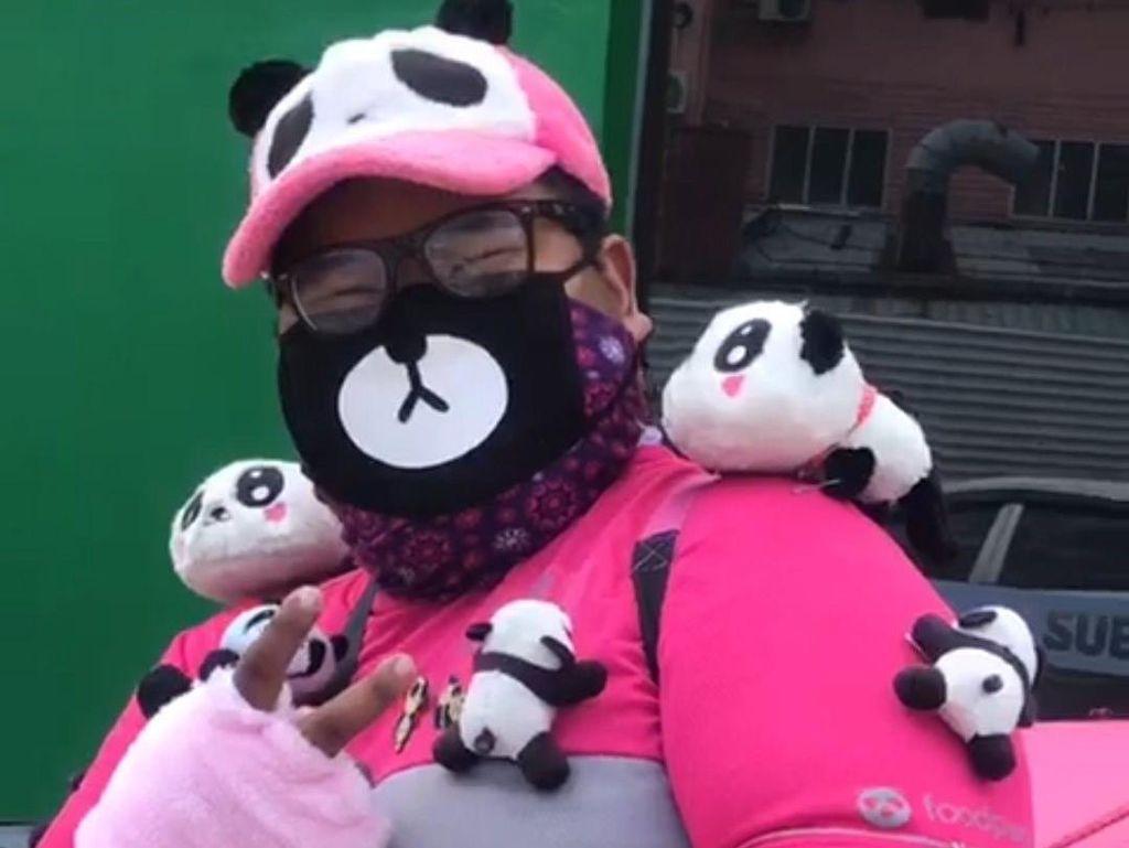 Bikin Gemes, Viral Kurir Antar Makanan Pakai Hiasan Serba Panda