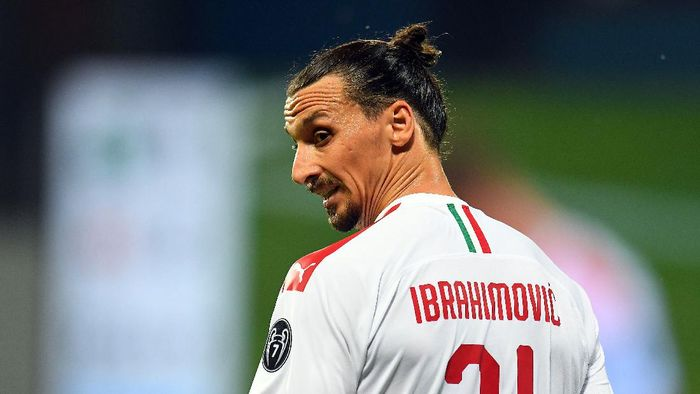 REGGIO NELLEMILIA, ITALY - JULY 21:  Zlatan Ibrahimovic of AC Milan looks on during the Serie A match between US Sassuolo and AC Milan at Mapei Stadium - Città del Tricolore on July 21, 2020 in Reggio nellEmilia, Italy. (Photo by Alessandro Sabattini/Getty Images)