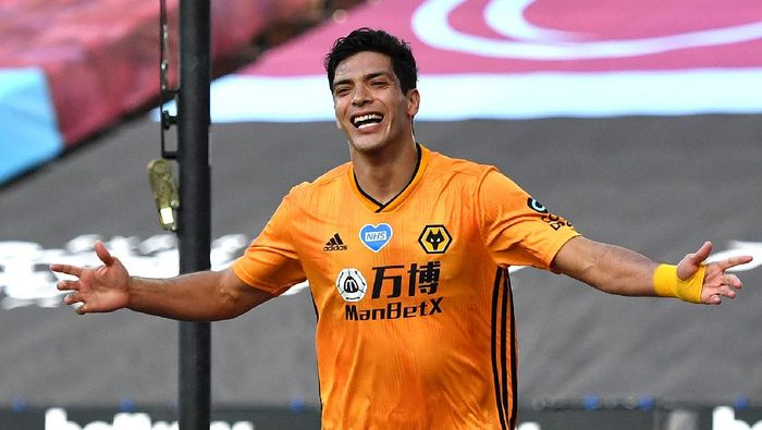 LONDON, ENGLAND - JUNE 20: Raul Jimenez of Wolverhampton Wanderers celebrates after scoring his teams first goal during the Premier League match between West Ham United and Wolverhampton Wanderers at London Stadium on June 20, 2020 in London, England. Football Stadiums around Europe remain empty due to the Coronavirus Pandemic as Government social distancing laws prohibit fans inside venues resulting in all fixtures being played behind closed doors. (Photo by Ben Stansall/Pool via Getty Images)