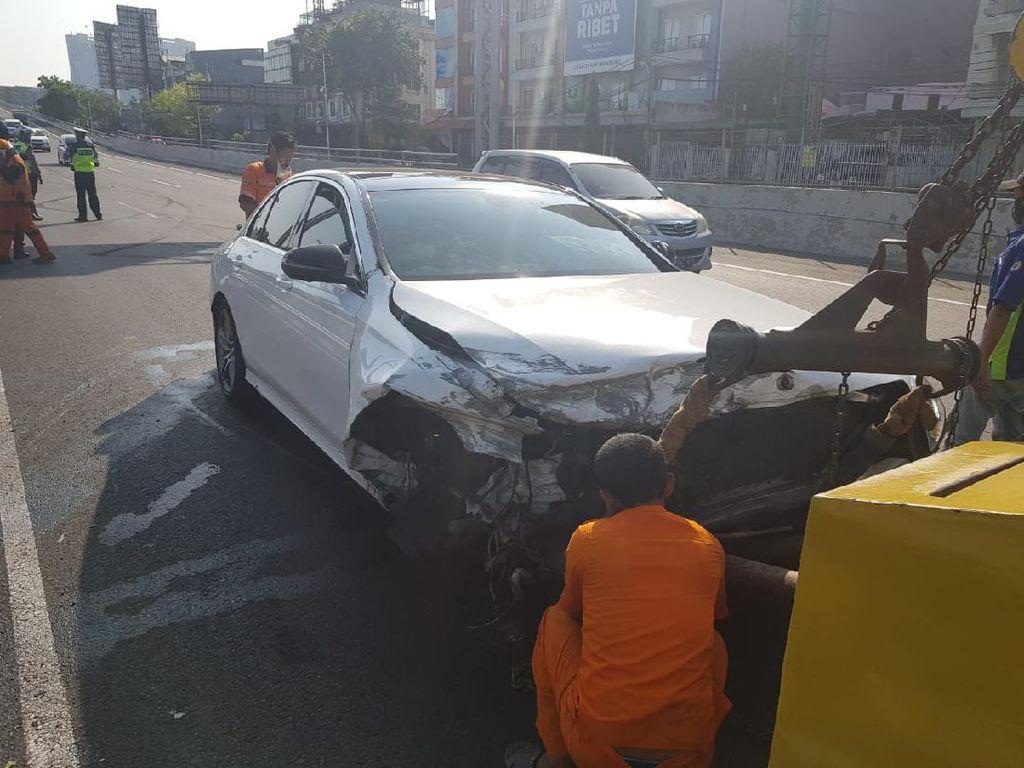 Sedan Hantam Pagar Pembatas Tol Dalam Kota, Polisi: Diduga Sopir Mengantuk