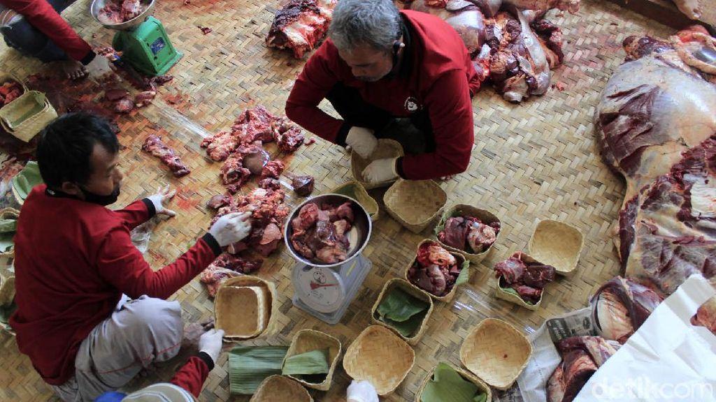 Masjid Al Latief Bandung Distribusikan Daging Kurban Pakai Besek