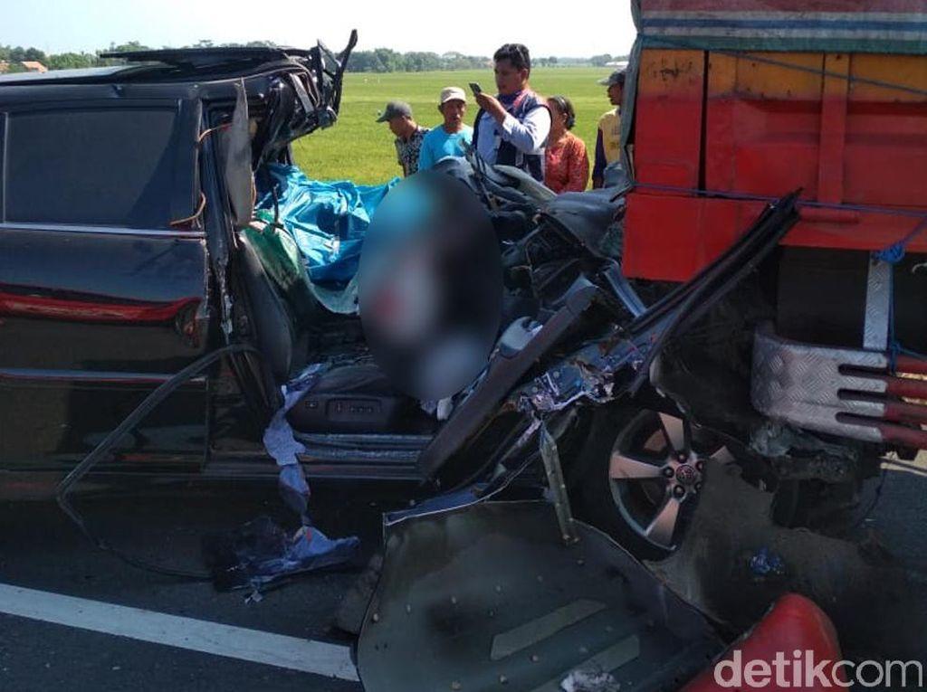 1 Orang Tewas, Begini Kondisi Mobil yang Seruduk Truk di Tol Pemalang