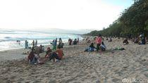 Potret Pantai Kuta Ramai di Hari Pertama Terima Wisatawan