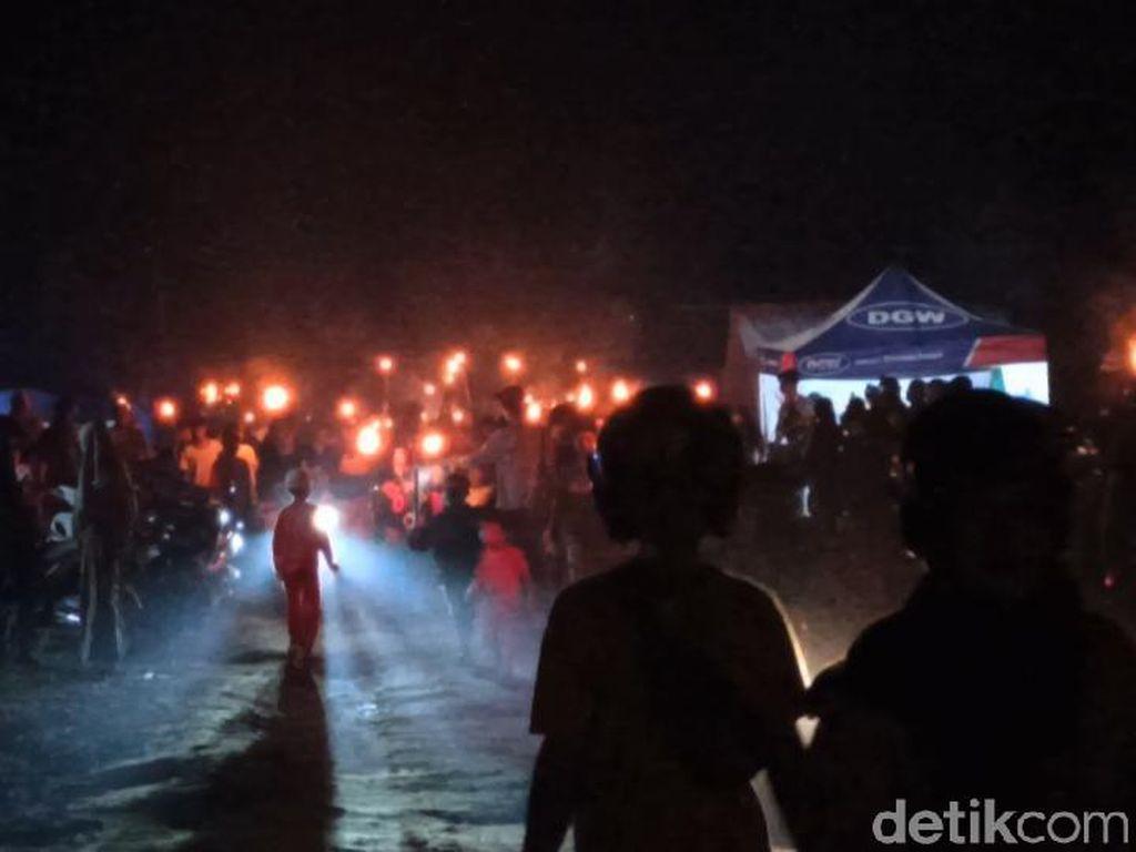 Malam Takbir, Pengungsi Banjir di Luwu Utara Gelar Gerakan Seribu Obor