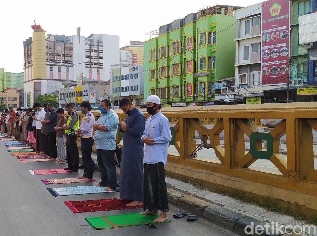 Masjid di Kebon Kacang Gelar Salat Id, Barisan Jemaah Tampak hingga Jalan