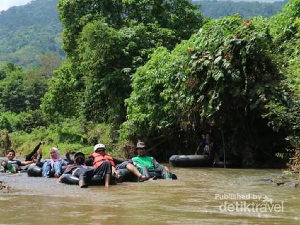 Nikmati Long Weekend dengan Tubing River